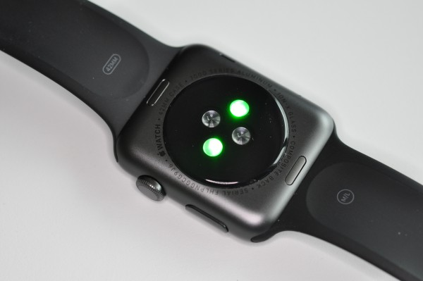 In contrast to traditional sports watches from brands such as Garmin, Polar and Suunto, the Apple Watch can measure the heart rate directly on the wrist of the wearer.