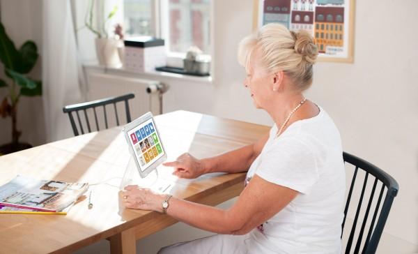 Eine Frau nutzt das Asina Tablet.